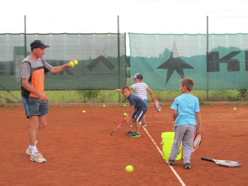 Gemeinsames Tennisspiel